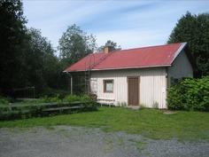 Ulkorakennuksessa yksiö ja erillinen sauna.