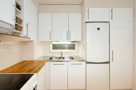 Keittiöstä löytyy kivasti kaappitilaa ja pieni ikkuna saunaan