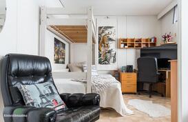 Kodin kolmas makuuhuone on reilun kokoinen ja tästä voi halutessaan,