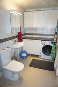 Pieni kodinhoitohuone löytyy kylpyhuoneen toiselta seinältä