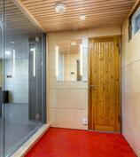 Näkymä eteisestä saunatilojen aulatilaan jossa myös käyntiovi kellarikerrokseen