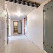 Näkymä kellarikerroksen noin 7,7 m² käytävälle