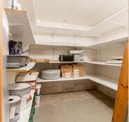 Näkymä kellarikerroksen noin 5,6 m² varastotilaan