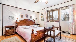 Yläkerran makuuhuone, josta käynti etelä parvekkeelle