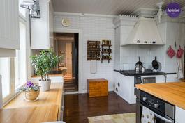 Vanhan hirsitalon tyyliin sopiva keittiö