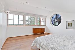 Yksi yläkerran kolmesta makuuhuoneesta/ Ett av de tre sovrummen i övre våningen.