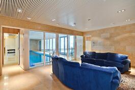 Kellarikerroksen seinät ja lattiat kauttaaltaan marmoria/ Golv och väggar i källarvåningen av marmor