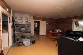 Tuvassa vuolukivinen leivinuuni, vas. keittiö, takana mh 2