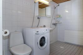 Kylpyhuoneessa paikka pesukoneelle