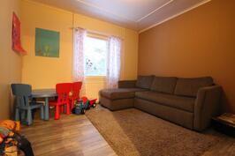 Alakerran makuuhuone, joka on sisustettu oleskelutilaksi.