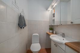 Erillis wc, jossa hyvin säilytystilaa