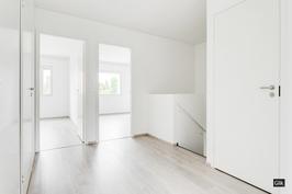 Kaikissa makuuhuoneissa on kaapistot, lisäksi yläkerrassa vaatehuone