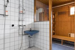 Pukuhuoneesta käynti kylpyhuoneeseen