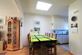Yläkerrassa keittiö ja olohuone yhtenäistä tilaa