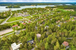 YLEISKUVA ALUEELTA, TAUSTALLA NÄKYY KOULU
