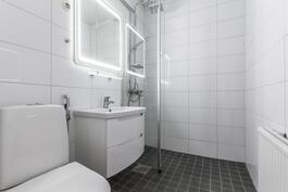 Yläkerran remontoitu kylpyhuone