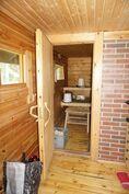 Pieni pukuhuonetila ennen saunaa