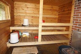 Oma puulämmitteinen sauna jossa ikkuna