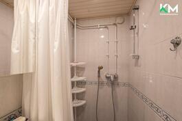 Suihku huone. Tilassa on myös paikka pesutornille