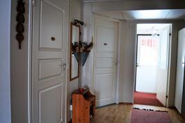Eteisaula (wc ja kylpyhuoneen ovet) sekä ulkoeteinen