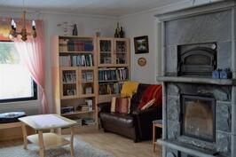 Olohuone ja takka portaikon suunnalta