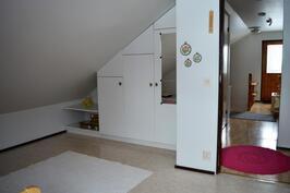 Yläkerran makuuhuone 3. ikkunan suunnalta parvekkeen ovelle