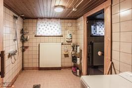 Kylpyhuone (kellari)
