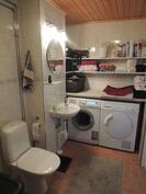 Kylpyhuoneessa wc ja kodinhoitopiste