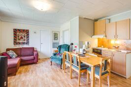 A-asunnon yläkerran huone