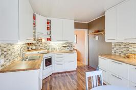 B-asunnon keittiö