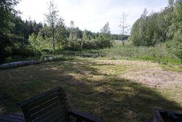 Oleskelupiha on nurmikkoa