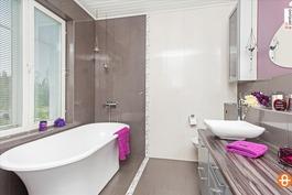 kylpyhuone, josta pyykinerottelu suoraan khhtilaan