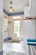 Saunan ja kylpyhuoneen yhteydessä pukuhuone ja eri