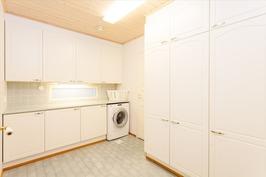 Kodinhoitohuoneen yhteydessä erillinen kuivaushuon