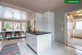 Ruokapöydälle saa keittiössä tilaa siirrettävän saarekkeen ansiosta