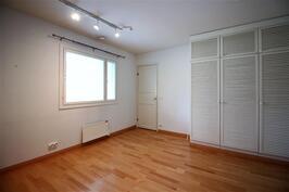 1.Makuuhuone/työhuone, jossa tulisijalle piipussa varaus