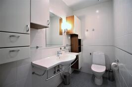 Erillis wc esteetön, mahtuu tarvittaessa hyvin apuvälineilläkin pyörähtämään