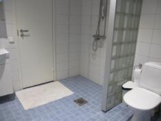tilava pesuhuone jossa toinen wc