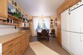 Valoisa ja tilava keittiö