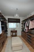 Yläkerran makuuhuone 2 toimii pukeutumisuoneena