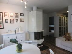 ... seinissä on lasikuitutapettia sekä olohuone on iso ja ...
