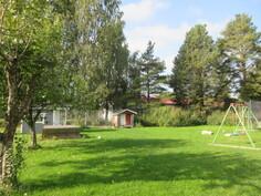 Keskustan puutarhatontilla on myös mm. leikkimökki, vadelmaa ja omenapuita!