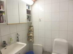 Talon wc on laatoitettu ja kiinteistöllä sähkö-, vesi- sekä viemäriliittymät.