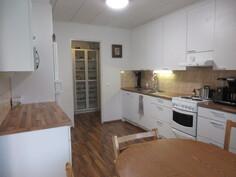 Kauniissa 2010-luvun keittiössä laadukkaat MaVi-kalusteen kaapistot ja työtasot sekä ...
