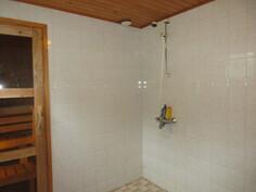 ... suojaputkessa ja tilavassa laatoitetussa kylpyhuoneessa myös lattia- ...