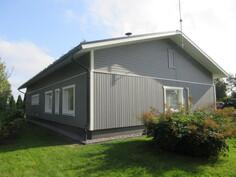 ... v. -17 lisäeristetty ja uusittu on myös koko talon ulkovuoraus tuuletusvälein, ...