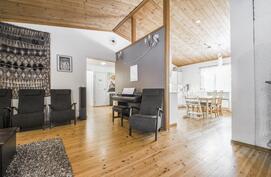 Olohuone ja keittiö korkeaa tilaa