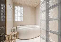 Tyylikäs kylpyhuone, jossa poreamme.