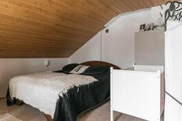 Yläkerran isosta makuuhuoneesta