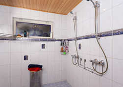 Tilava kylpyhuone, 2 suihkua